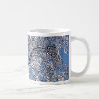 Cuadrado nevado de la fotografía de los árboles taza clásica