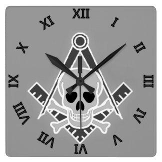 Cuadrado y compás con el cráneo y la bandera pirat reloj cuadrado