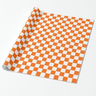 Cuadrados a cuadros del naranja y blancos papel de regalo