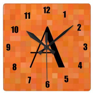 Cuadrados anaranjados del mosaico del monograma reloj