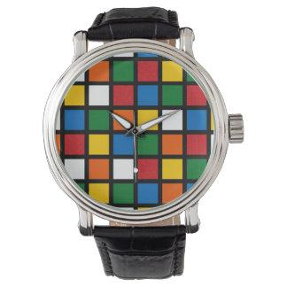 Cuadrados coloridos en reloj grande de la cara de