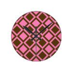 cuadrados o diamantes rosados y marrones reloj de pared