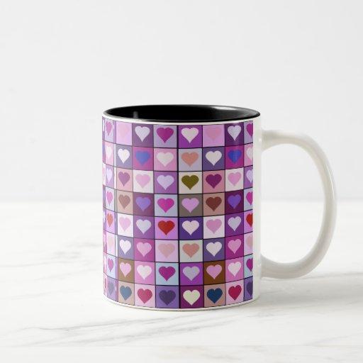 Cuadrados púrpuras y rosados del corazón taza