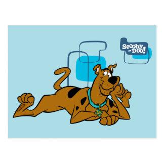Cuadrados retros Scooby-Doo que se acuesta Tarjeta Postal