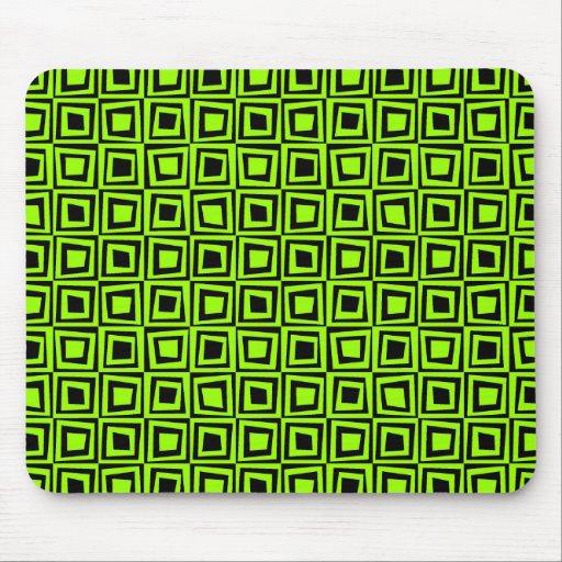 Cuadrados retros - verde de Chartrause en negro Mouse Pad