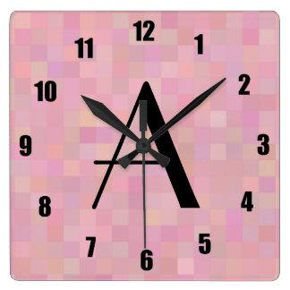 Cuadrados rosados bonitos del mosaico del monogram relojes de pared