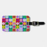Cuadrados sonrientes de la cara del arco iris etiqueta para equipaje