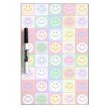 Cuadrados sonrientes de la cara del arco iris tableros blancos