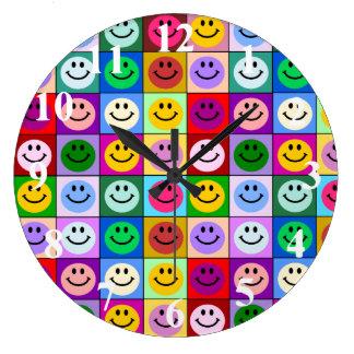 Cuadrados sonrientes de la cara del arco iris reloj redondo grande