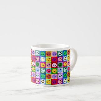 Cuadrados sonrientes de la cara del arco iris taza espresso