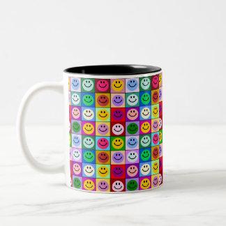 Cuadrados sonrientes multicolores taza