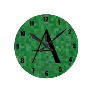 Cuadrados verdes del mosaico del monograma relojes de pared