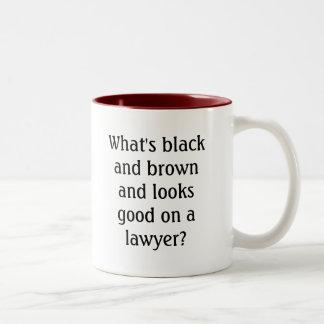 Cuál es negro y marrón y parece bueno en un lawy… taza