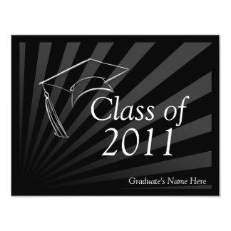 Cualquie invitación negra lisa de la graduación