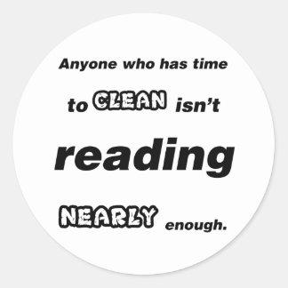 Cualquier persona que tiene tiempo para limpiar no pegatina redonda