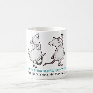"""""""Cuando duerme el gato, los ratones bailan """" Taza Básica Blanca"""