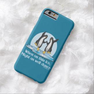 Cuando en diseño divertido de los pingüinos finos funda para iPhone 6 barely there