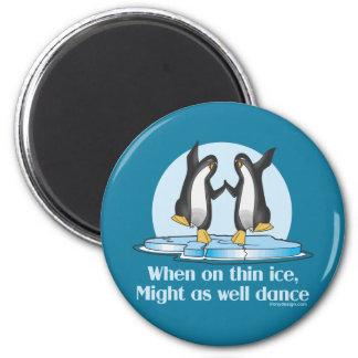 Cuando en diseño divertido de los pingüinos finos imán redondo 5 cm