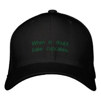 Cuando en duda, cueza los cupcakes. gorra de beisbol bordada
