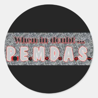 Cuando en duda, P.E.M.D.A.S. Pegatina Redonda