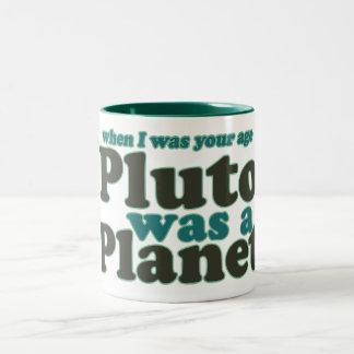 Cuando era su edad Plutón era un planeta Taza De Dos Tonos