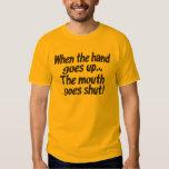¡Cuando la mano va encima de… la boca va cerrado! Playeras