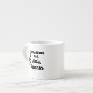 Cuando la música del fall de las palabras habla la taza espresso