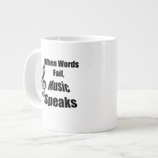 Cuando la música del fall de las palabras habla la taza grande
