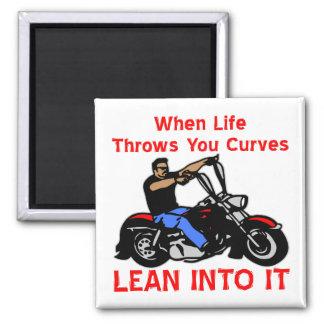 Cuando la vida lanza usted curva magro en él imán cuadrado