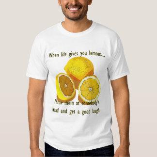 Cuando la vida le da humor de la oscuridad de los camisas