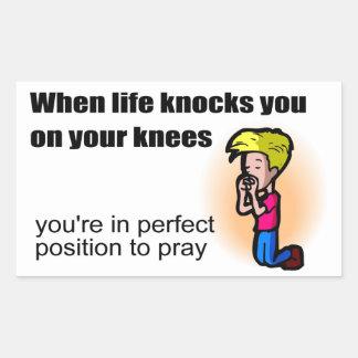 Cuando la vida le golpea en sus rodillas pegatina rectangular