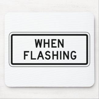 Cuando placa de calle que destella mouse pads
