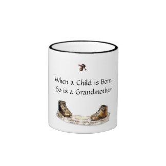 Cuando un niño nace, está tan una abuela taza a dos colores