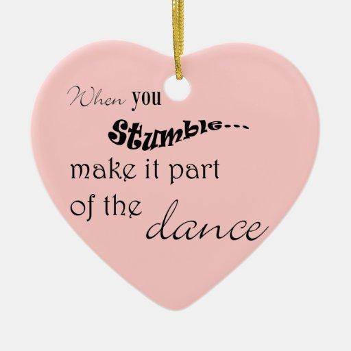 Cuando usted tropiezo le hace la parte de la danza adorno navideño de cerámica en forma de corazón
