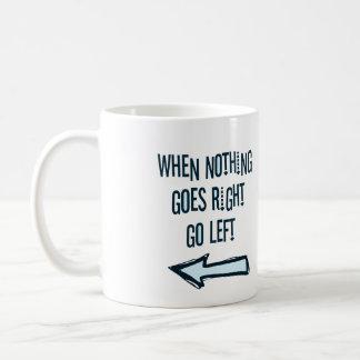 Cuando va nada a la derecha, vaya a la izquierda taza clásica