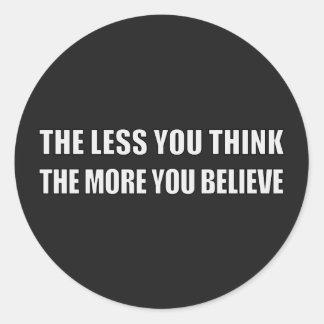 Cuanto menos que usted piensa, más usted cree pegatina redonda