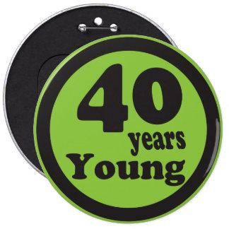 """Cuarenta años de jóvenes """"40.o cumpleaños de 40"""" pin redondo de 6 pulgadas"""