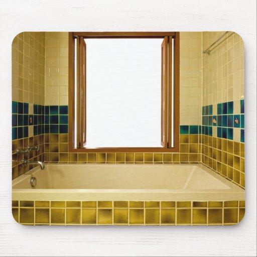 Cuarto de baño con la bañera y la ventana abierta tapete de raton