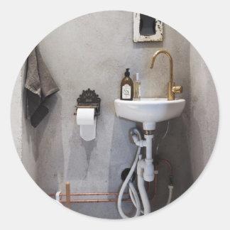 Cuarto de baño enrrollado pegatina redonda