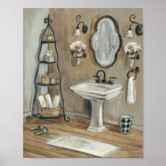 Cuarto de baño francés con el espejo y el poster