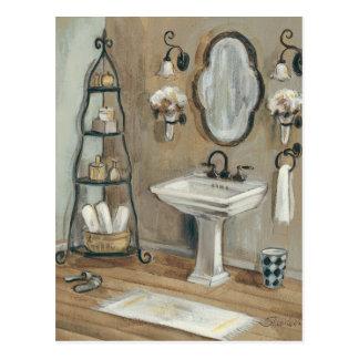 Cuarto de baño francés con el espejo y el tarjeta postal