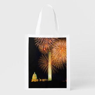 Cuarto de julio, exhibición del fuego artificial,  bolsas de la compra