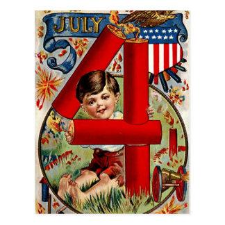 Cuarto del muchacho de julio con los fuegos postal