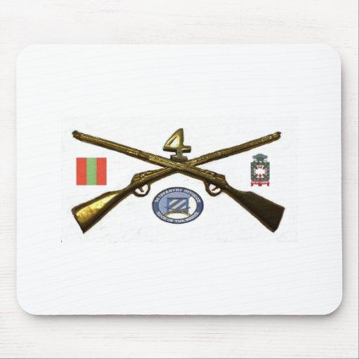 Cuartos rifles de la cruz del regimiento de infant alfombrillas de ratones