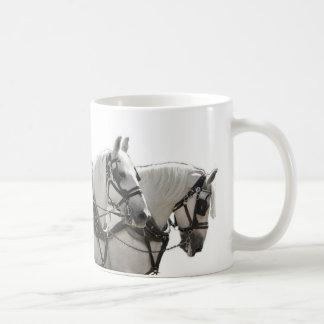 Cuatro al corriente caballos de proyecto grises de taza
