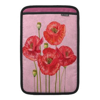 Cuatro amapolas rojas bonitas en fondo rosado fundas para macbook air
