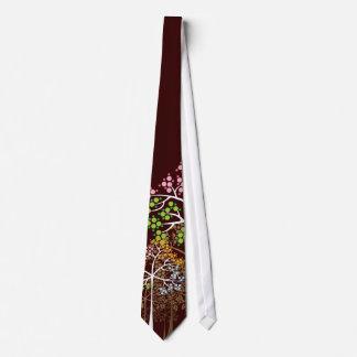 Cuatro árboles caprichosos de las estaciones en el corbata