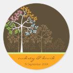 Cuatro árboles de las estaciones en Brown Etiquetas Redondas