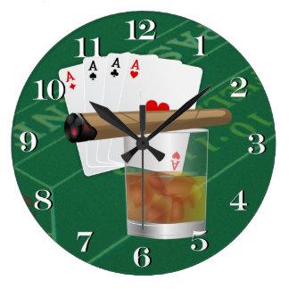 Cuatro as, una bebida y un cigarro reloj redondo grande