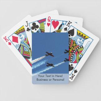 cuatro aviones que vuelan con el cielo azul de los baraja cartas de poker